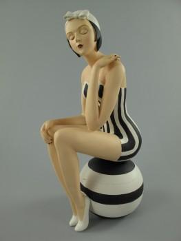 Badenixe Badepuppe Dekofigur mit Ball - sitzend